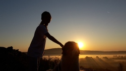 žena, pas, izlazak sunca, magla :-)